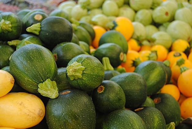 Pilha de abobrinha redonda em um mercado de agricultores