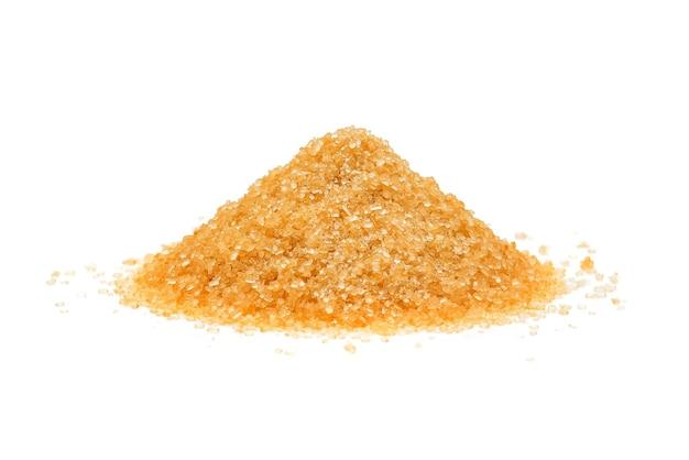 Pilha de açúcar mascavo isolada no branco
