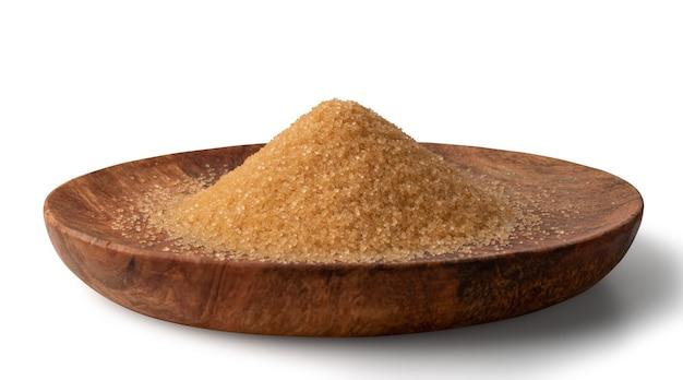 Pilha de açúcar mascavo na placa de madeira isolada. vista lateral do monte de açúcar de cana crua não refinada