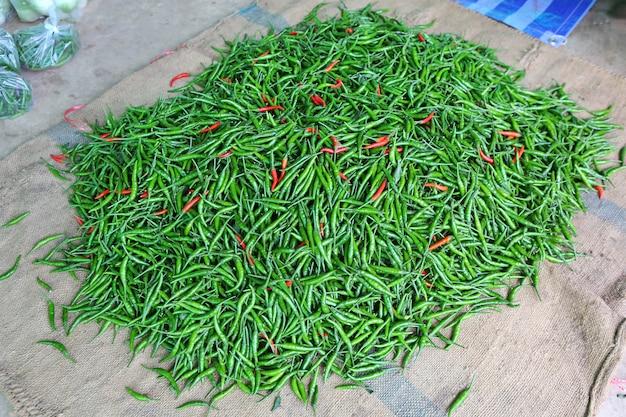 Pilha de alguns pimentões vermelhos e verdes misturados
