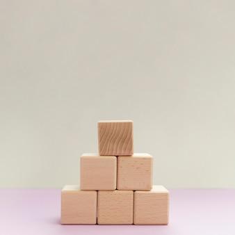 Pilha de alto ângulo de blocos de madeira