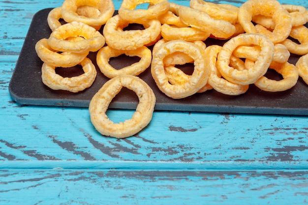 Pilha de anéis de cebola crocantes
