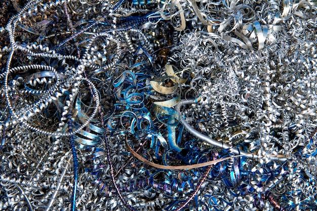 Pilha de aparas de metal, resíduos de produção.