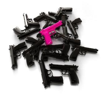 Pilha de armas pretas e uma rosa
