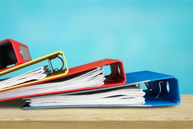 Pilha de arquivos em pastas e notebook