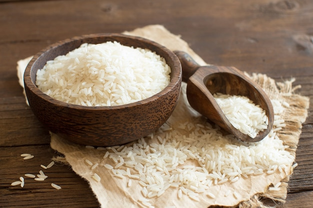 Pilha de arroz basmati em uma tigela com uma colher close up