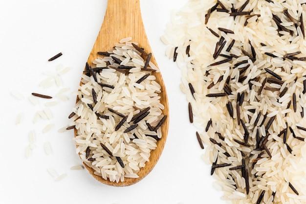 Pilha de arroz integral misto cozido isolado no branco