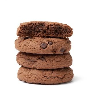 Pilha de assados redondos biscoitos de chocolate, isolados em um fundo branco