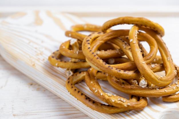 Pilha de bagels com sementes de gergelim na madeira