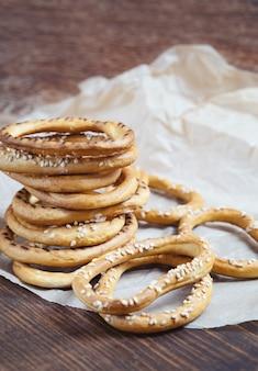 Pilha de bagels com sementes de gergelim sobre fundo de madeira