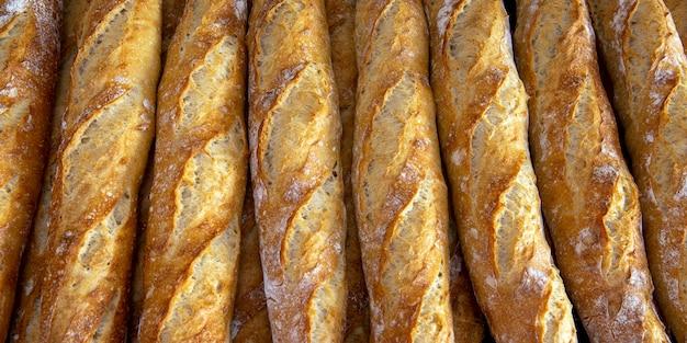 Pilha de baguetes crocantes na padaria