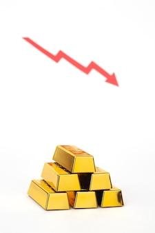Pilha de barra de ouro com uma seta vermelha em fundo branco