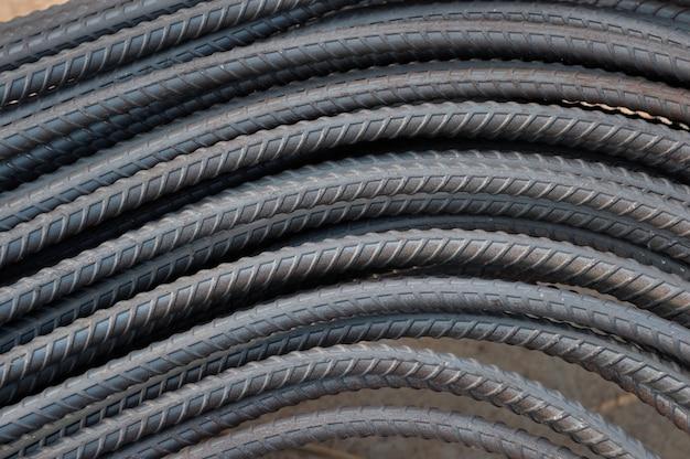 Pilha de barras de aço no canteiro de obras