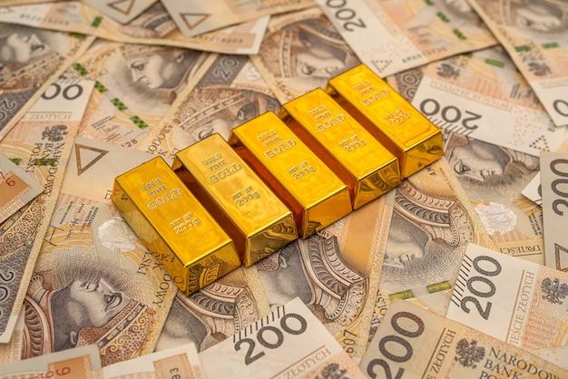 Pilha de barras de ouro de notas de zloty. pln riqueza