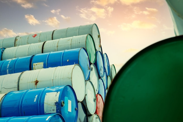 Pilha de barris químicos antigos tambor químico vermelho, verde e azul tanque de aço de líquido inflamável