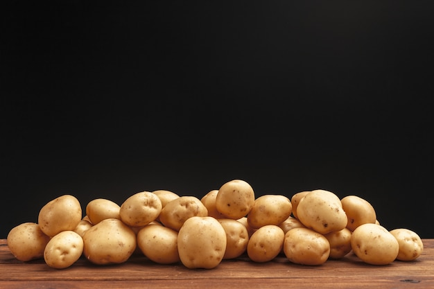 Pilha de batatas, deitado sobre tábuas de madeira