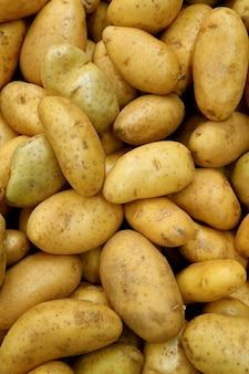 Pilha de batatas frescas de lei no supermercado