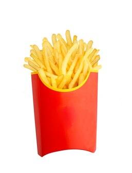 Pilha de batatas fritas em embalagem vermelha isolada no branco