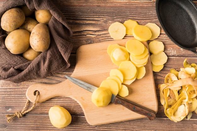 Pilha de batatas picadas na placa de madeira