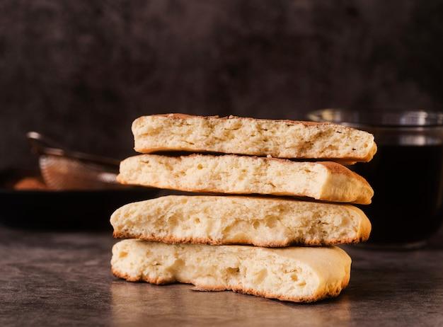 Pilha de biscoitos com peneira desfocada