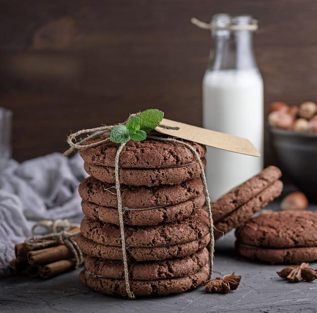 Pilha de biscoitos de chocolate amarrados com uma corda
