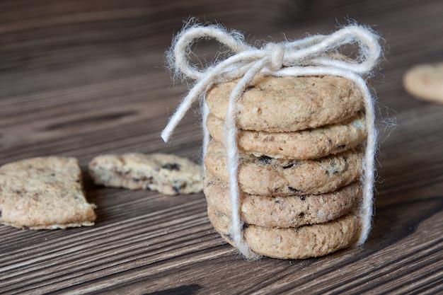 Pilha de biscoitos de chocolate com fio