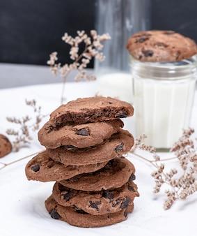 Pilha de biscoitos de chocolate redondos e leite