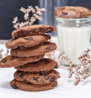Pilha de biscoitos de chocolate redondos em uma toalha branca têxtil