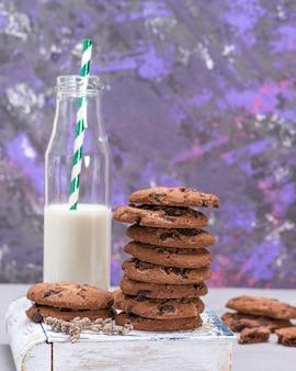 Pilha de biscoitos de chocolate redondos