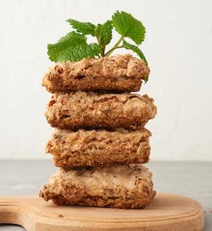 Pilha de biscoitos de merengue cozidos em cracóvia em uma placa de madeira