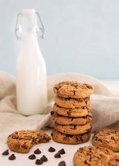 Pilha de biscoitos e biscoito mordido com leite