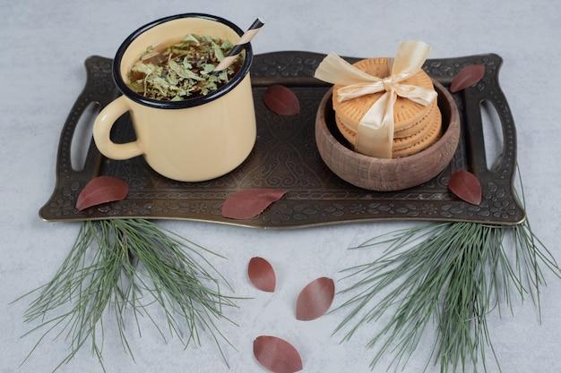 Pilha de biscoitos e uma xícara de chá na mesa de mármore. foto de alta qualidade