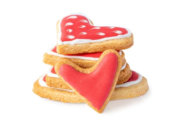 Pilha de biscoitos em forma de coração com cobertura de açúcar isolada no branco
