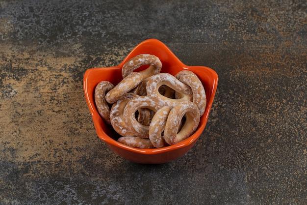 Pilha de biscoitos em uma tigela laranja.