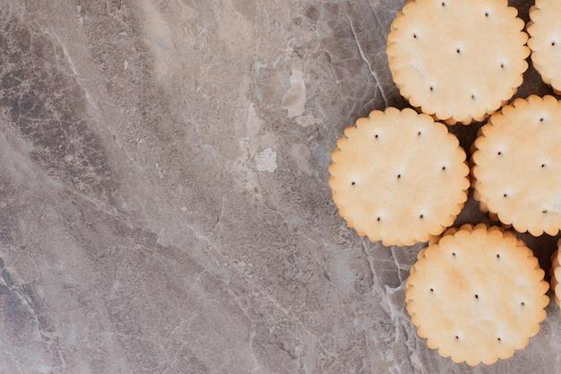 Pilha de biscoitos redondos na superfície de mármore.