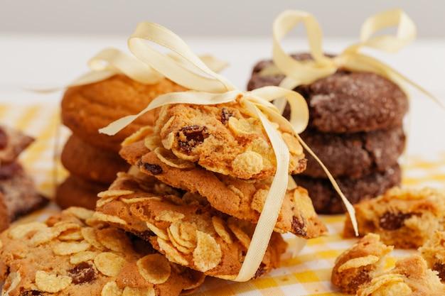 Pilha de biscoitos saborosos crocantes em uma mesa de cozinha close-up