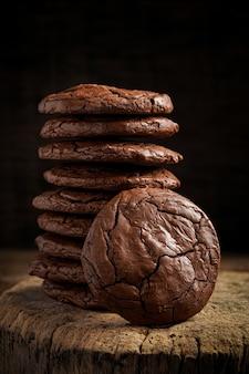 Pilha de biscoitos saborosos em fundo preto