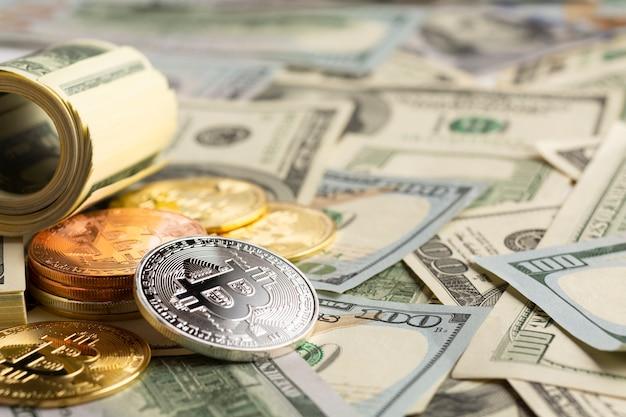 Pilha de bitcoin em cima de notas de dólar