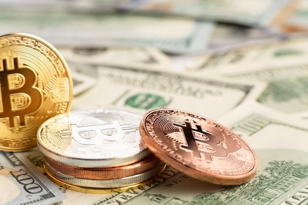Pilha de bitcoin em cima de notas dolar
