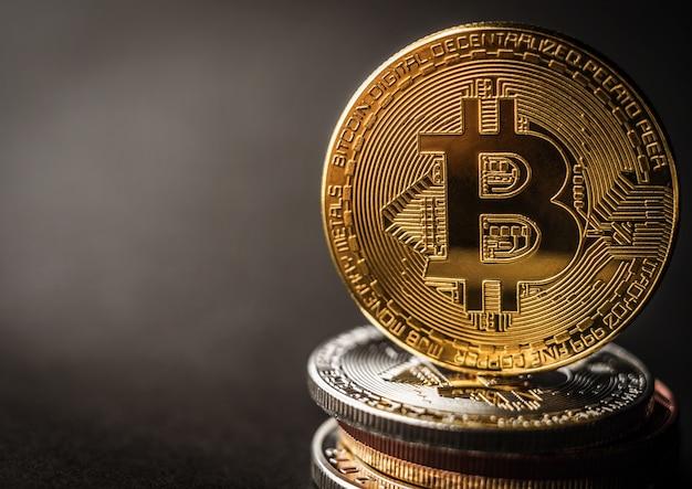 Pilha de bitcoins com moeda dourada no topo