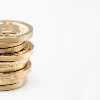 Pilha de bitcoins contra fundo branco