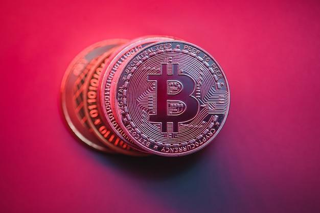 Pilha de bitcoins em fundo brilhante. crise econômica no mercado de ações. fotos para apresentação