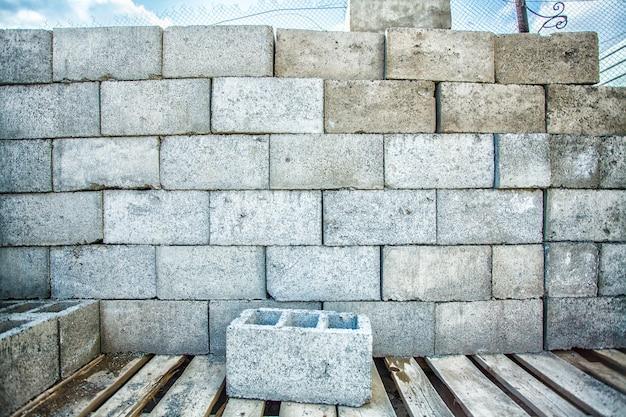 Pilha de blocos de cimento no canteiro de obras.