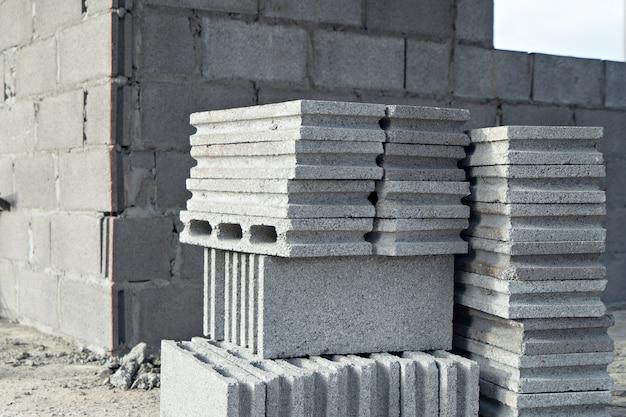 Pilha de blocos de concreto para construção, com foco seletivo.