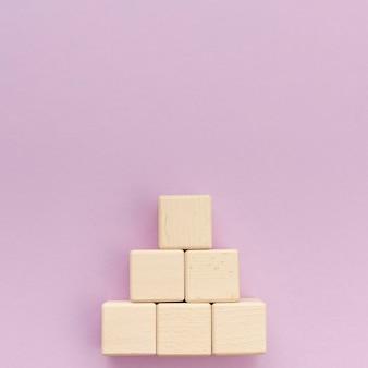 Pilha de blocos de madeira