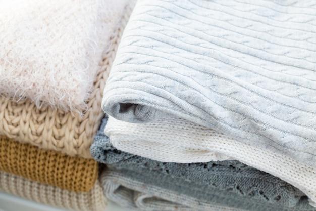 Pilha de blusas de malha brancas acolhedoras