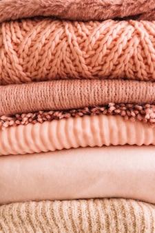 Pilha de blusas de malha