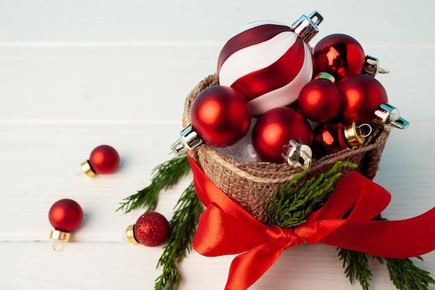 Pilha de bolas de natal vermelhas em uma cesta