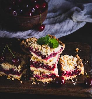 Pilha de bolo assado com cereja