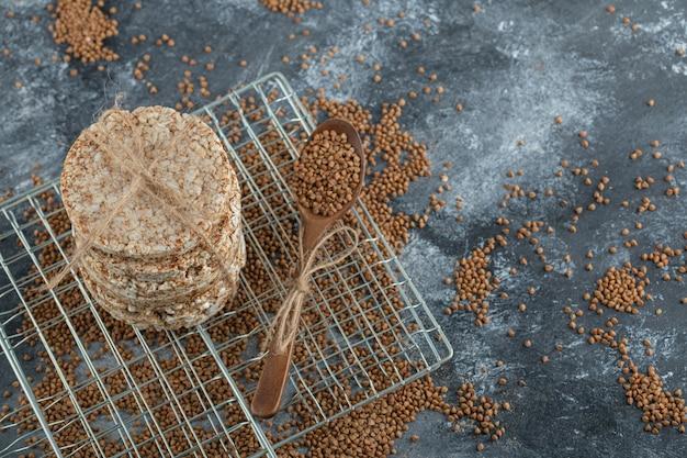 Pilha de bolos de arroz e trigo sarraceno espalhado na superfície de mármore